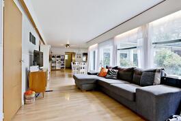 Valoisuutta riittää, vasemmalla makuuhuoneet/ Ljuset flödar in, sovrummen på vänstra sidan.