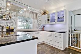 Reilusti pöytätasoa keittiössä/ Rejält med bordsytor.