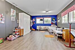 Entiseen autotalliin tehty iso huone/ Tidigare garaget blivit omvandlat till ett rum.