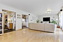 Taustalla eteisen ja keittiön oviaukot/ I bakgrunden dörröppningar till hallen o. köket.