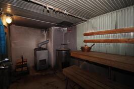 puulämmitteinen sauna jossa lisäksi pata