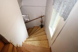 raput yläkertaan jossa löytyy rakennettavaa tilaa kahdelle huoneella/ wc tila