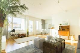 Yläkerrassa olohuone ja keittiö avaraa yhtenäistä tilaa
