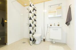 Yläkerran kylpyhuone ja sauna