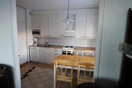 Olohuoneesta avattu aukko keittiöön