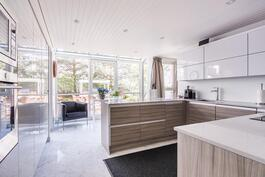 Ajattoman tyylikkään ja juuri uudistetun keittiön yhteydessä on arkiruokailutila