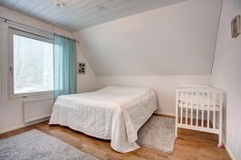 Yläkerran makuuhuone kuva 1
