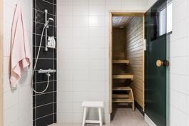Tyylikkäässä kylpyhuoneessa kaksi suihkua