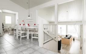 Ruokailutila yhdistää olohuoneen ja keittiön viihtyisäksi kodin keskukseksi