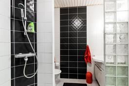 Kylpyhuoneen yhteydessä toinen wc