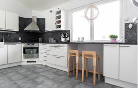 Myös keittiössä on runsaasti luonnonvaloa