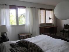makuuhuoneen ikkunoista lampinäkymät