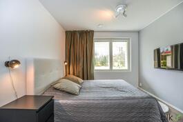 Alakerran makuuhuone on kaunis ja modernisti stailattu