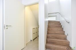 Kaunis portaikko johtaa yläkerran tunnelmiin.