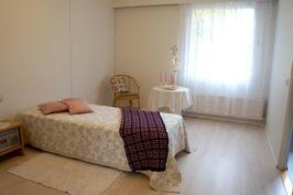 Isompi makuuhuone, jossa vaatehuone.