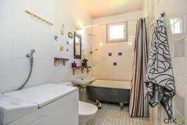 Kylpyhuone on toimivan kokoinen