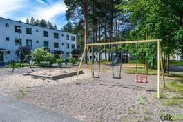 Lasten leikkiä on ilo seurata tässä ihanassa omassa leikkipuistossa