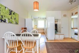 Näkymä olohuoneesta ruokailutilan ja keittiön suuntaan