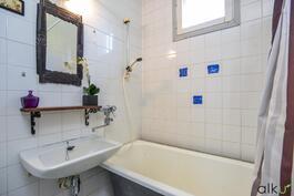 Kylpyhuoneessa on amme, jossa voi rentoutua pitkän päivän jälkeen