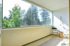 Täällä voi istuskella aikaisin keväästä pitkälle syksyyn lasituksen ansiosta