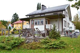 Talo takapihan suunnalta kuvattuna