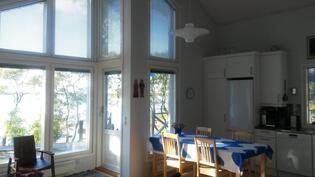 Olohuone / ruokailutila / keittiö - avaraa ja valoisaa upein maisemin!