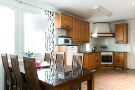 Keittiön yhteydessä on hyvin tilaa pöytäryhmälle