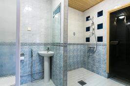 Hyvän kokoinen kylpyhuone