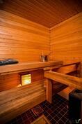 Puuntuoksuinen sauna odottaa uusia kylpijöitään.