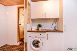 Kodinhoitohuonetila löytyy kylpyhuoneen yhteydestä