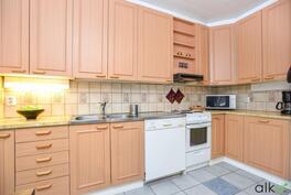 Tässä keittiössä on paljon kaappi- ja tasotilaa.