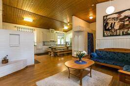 Olohuoneen suunnasta kuvattu keittiötä