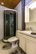Yläkerrassa oleva wc ja suihkukaappi
