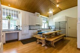 Talon keittiö on myös tilava jossa on reilusti kaappi ja tasotilaa