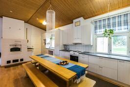 Keittiöstä pääsee kodinhoitohuoneen kautta kylpyhuoneeseen ja saunaan