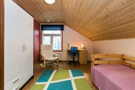 Yläkerran makuuhuone 1.