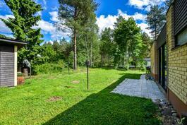 Koti on rauhallisella paikalla puiden suojassa.