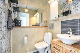 Erillis wc:ssä on kauniit pintamateriaalit.