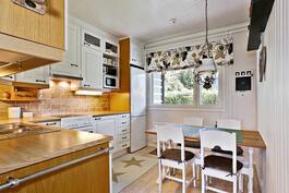 Kodikas ja hyväkuntoinen keittiö/ Hemtrevligt kök i bra skick.