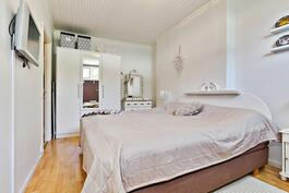 Tilavin makuuhuone/ Det rymligaste sovrummet.