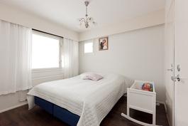 Kodissa on kaksi vaalean sävyistä ja tilavaa makuuhuonetta..