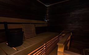 .. sekä tunnelmallinen, tummaksi petsattu oma sauna.