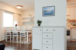 keittiö jää erilliseksi tilaksi seinän taakse piiloon, vaikkakin se aukeaa mukavasti ruokailutilan kautta olohuoneen puolelle..