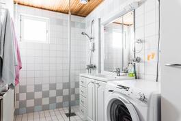 Kodissa on vaaleansävyinen toimiva kylpyhuone..