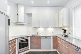 Rakennusvaiheessa paranneltu keittiö