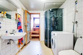 Siisti pesuhuone wc:llä