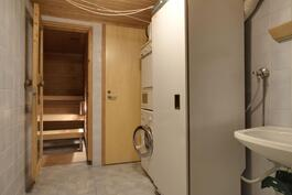 alakerran päivitettävä kylpyhuone, josta käynti varastoon