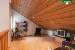 Yläkerran aula, josta mahdollista tehdä makuuhuone