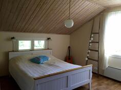 Yläkerran nukkumahuone 1