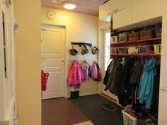Kodinhoitohuone, käynti saunaan ja pesutiloihin, oikealle käynti ulos